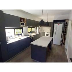 Mueble de cocina a medida melamina gris y alerce
